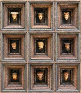 Głowy na suficie na Wawelu